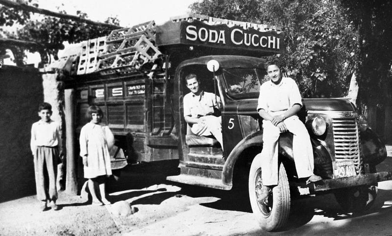 Don Pascucci manejando el camión de soda Cucchi